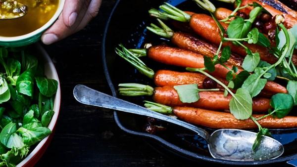 Smörrostade morötter med hasselnötter