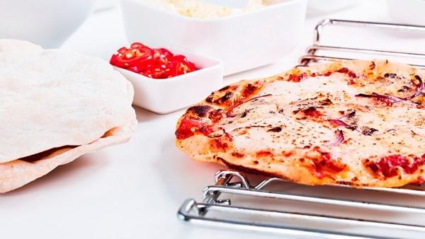 Pizza med parmaskinka och pesto